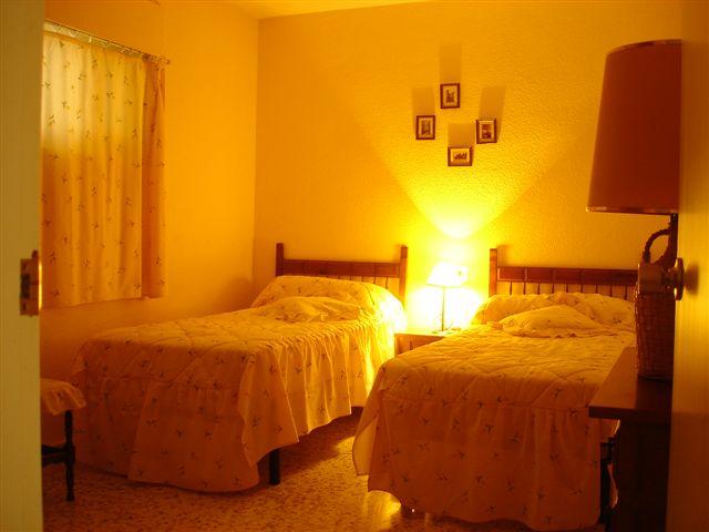 Stoel Op Slaapkamer : De slaapkamer met 1 ingebouwde kleerkast, 1 ...